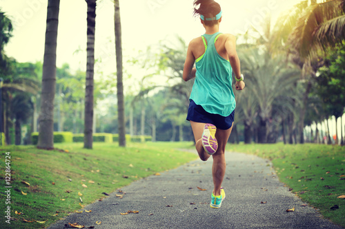 Fotografia  healthy lifestyle young sporty asian woman running at tropical park