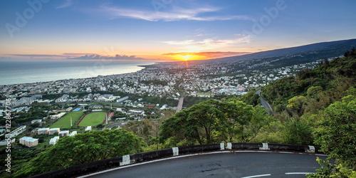 Fotomural  Lever de soleil sur Saint-Denis de la Réunion .