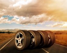 Vier Reifen Stehen Auf Einer Straße Im Sonnenuntergang