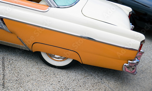 Fotografía Butterscotch and Chrome Classic Car with Whitewalls