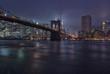 Panorama notturno di New York con lo skyline e il ponte di Brooklyn sullo sfondo