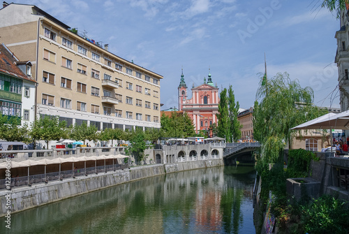 Foto auf AluDibond Stadt am Wasser Old town embankment in Ljubljana with the franciscan church of annunciation. Slovenia