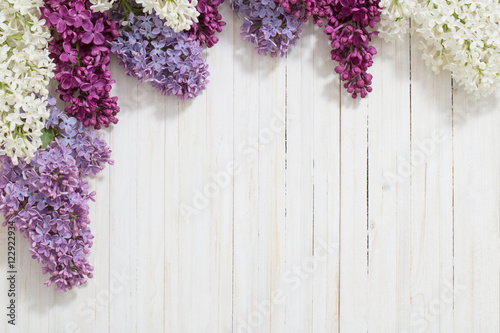 Foto op Plexiglas Lilac The beautiful lilac on a wooden background
