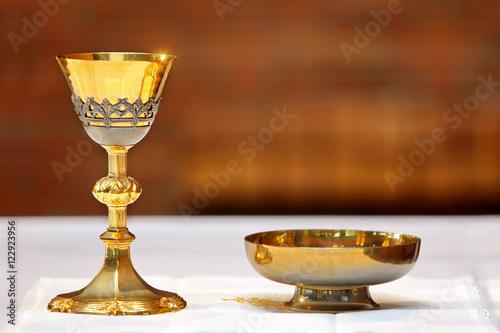 Goldener Kelch auf dem Altar während der Masse Fototapete