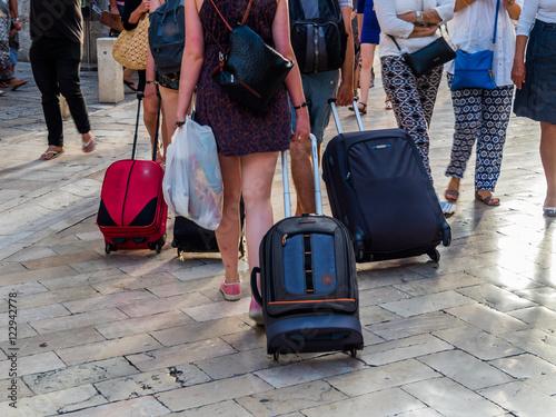 Obraz Reisende mit Koffern - fototapety do salonu