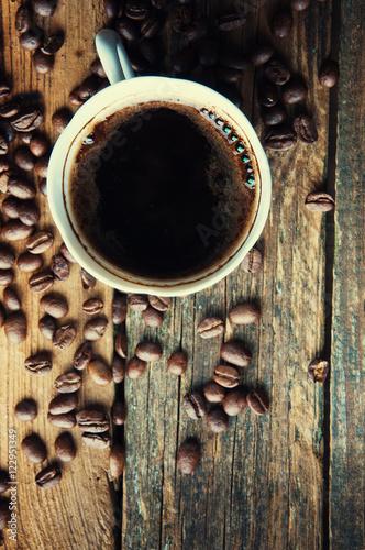filizanka-kawy-z-swiezo-zmielonymi-fasolami-widok-z-gory