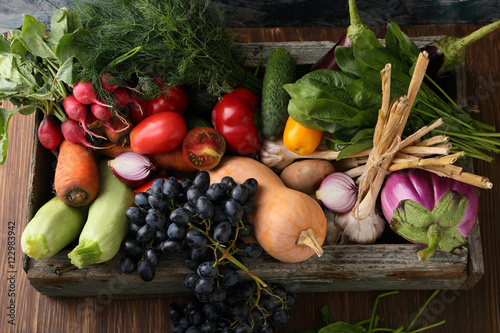 Keuken foto achterwand Groenten Farm vegetables in wood crate