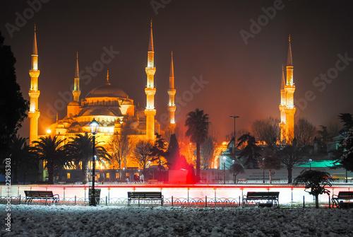 Fototapeta TURCJA, ISTANBUL - 9 stycznia 2016 r .: na głównym placu życia nocnego miasta znajdują się kolorowe fontanny.