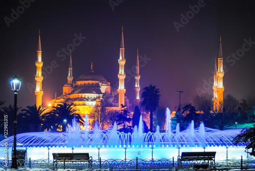 Plakat TURCJA, ISTANBUL - 9 stycznia 2016 r .: na głównym placu życia nocnego miasta znajdują się kolorowe fontanny.