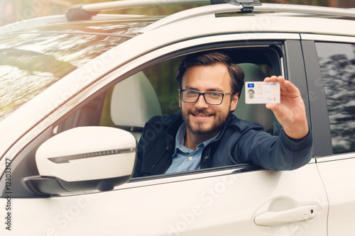 Fotografía  young happy man showing his new driver license