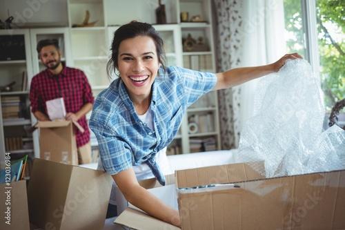 Valokuva  Happy couple unpacking cartons together