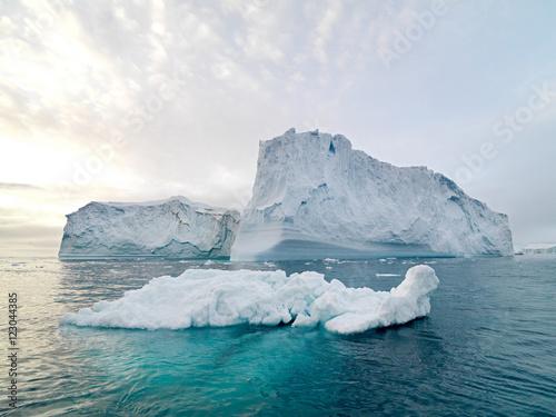 gory-lodowe-na-oceanie-arktycznym-w-fiordu-lodowym-ilulissat-grenlandia
