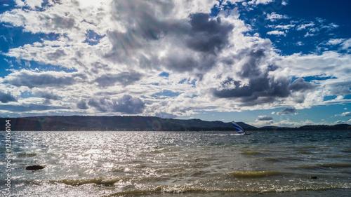 Windsurfen am schönen Bodensee bei strahlendem Sonnenschein