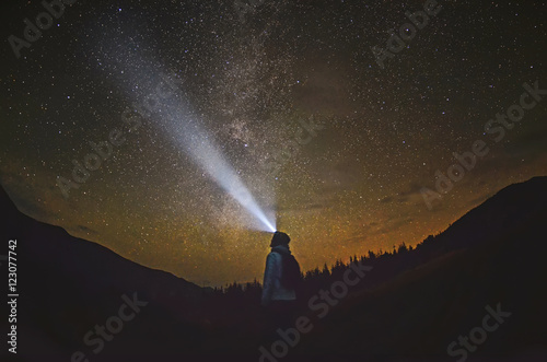 La pose en embrasure Nuit Woman is standing in the forest and pointing the Milky Way ,Carpathian ,Ukraine
