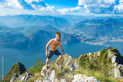 Fotografía  Trail running in the mountains man athlete shirtless