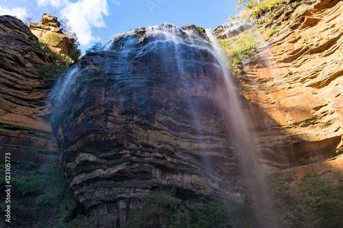wspanialy-widok-na-wodospad-z-dna-wawozu-wentworth-falls-australia