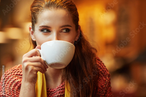 Fotomural Autumn woman in a restaurant