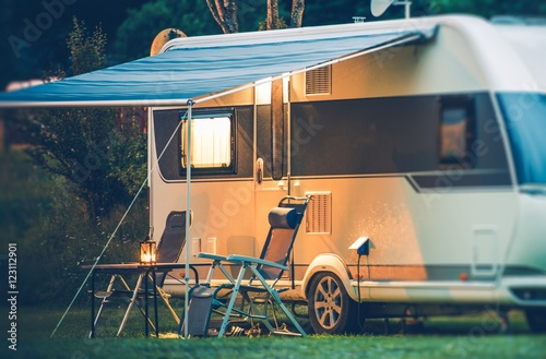 Photo sur Aluminium Camping Travel Trailer Caravaning
