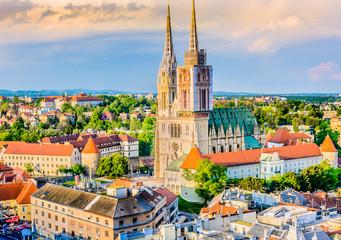 Zračni pogled na zagrebačku katedralu. / Pogled iz zraka na katedralu u gradu Zagrebu, glavnom gradu Hrvatske, europske znamenitosti.