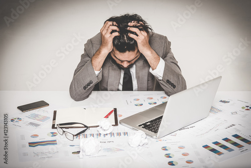 Photo  Portrait of stressed businessman burnout holding his head with both hand at work