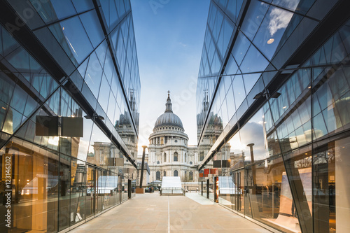 Fotomural  St Pauls Cathedral reflected in glass walls of One New Change in London