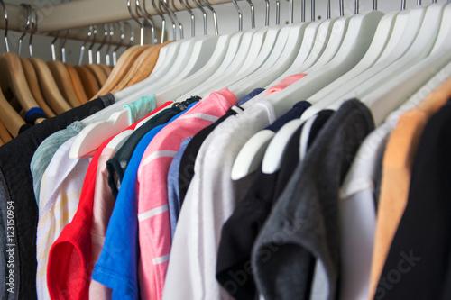 Staande foto Dragen Kleiderschrank
