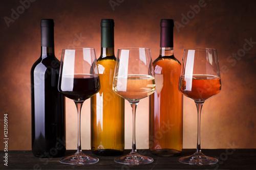 trzy-rozne-rodzaje-wina-w-kieliszkach-i-butelkach