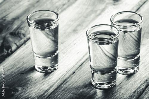 Zdjęcie XXL Wódki wódki wypełnione alkoholem na drewnianym czarnym pasku.