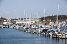 Småbåtshamnen Med Fiskehamnen I Bakgrunden