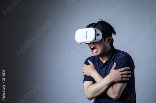 Fotografie, Obraz  ヘッドマウントディスプレイをかける男、恐怖、ホラー、ホラーコンテンツ