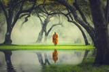 Wędrówka mnichów w głębokim leśnym odbiciu z jeziorem, religia Buddy ok - 123185760