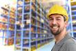 Portrait eines Arbeiters in einem Warenlager