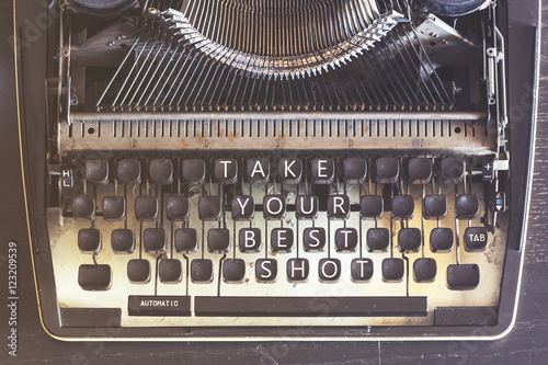 In de dag Retro Take Your Best Shot motivational message written on vintage typewriter keys