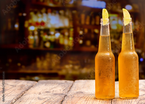 Papiers peints Biere, Cidre bottles of beer with lime