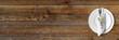 Schlichtes Tischgedeck auf rustikalem Holztisch - Banner / Hintergrund - Textfreiraum