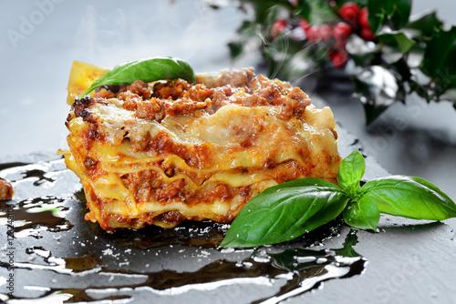 Fotografie, Obraz  lasagne al forno fumanti - set Natalizio