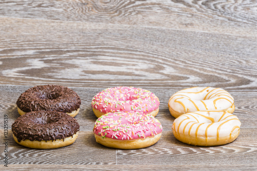 Photo  colorful donuts on a wooden background