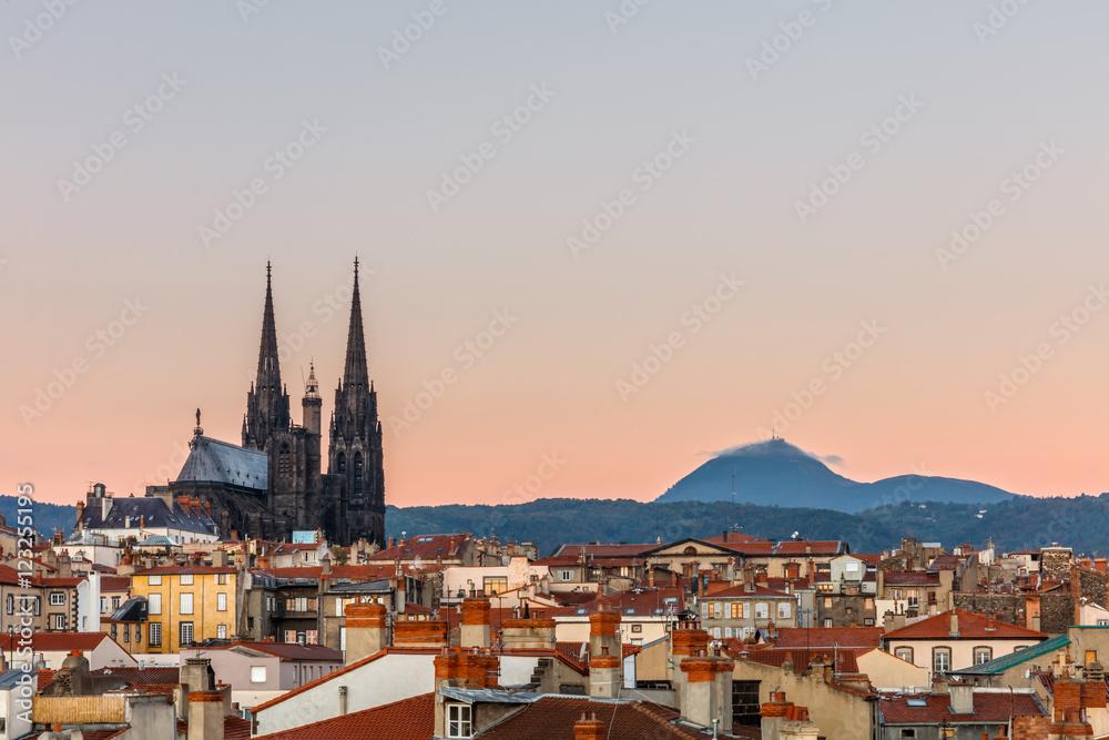 Fototapety, obrazy: Clermont-Ferrand, The Cathédrale Nôtre-Dame-de-l'Assomption de Clermont faces the Puy de Dôme Volcano, France