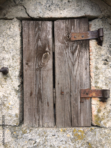 Geheimnisvolles altes holzfenster kaufen sie dieses foto und finden sie hnliche bilder auf for Holzfenster kaufen