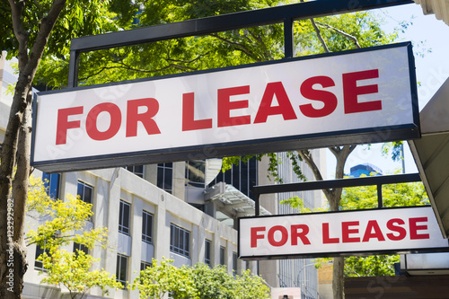 Fotografía  For Lease signs on display outside buildings