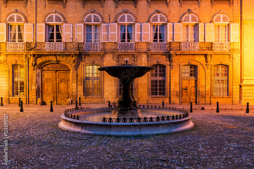 Photo  A fountain in Aix-en-Provence, France on a spring evening.