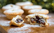 Traditionell Britische Mince Pies auf Holzbrett dekoriert mit Puderzucker