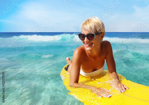 Zdjęcie XXL surfer dziewczyna na plaży