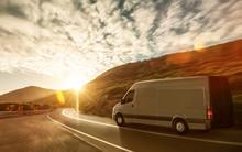 Lieferwagen Auf Landstraße Im Sonnenuntergang