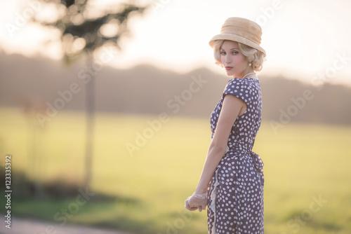 Fotografia  Seductive looking woman wearing vintage 1930s fashion. Standing