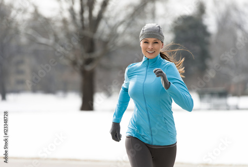 Papiers peints Glisse hiver Woman Running in Winter
