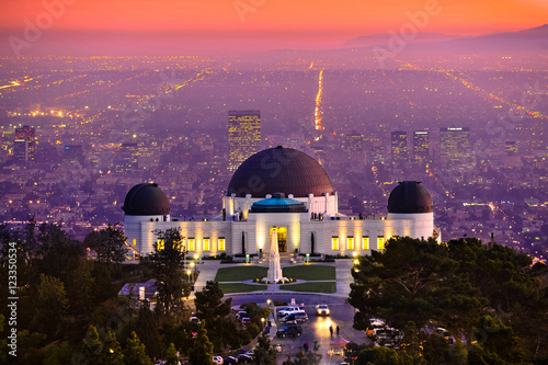 Photo Historic famous Griffith Park Observatory at Sunset with Los Angeles city lights