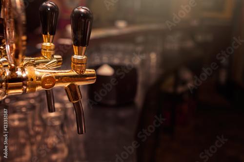 Láminas  Beer tap in the bar