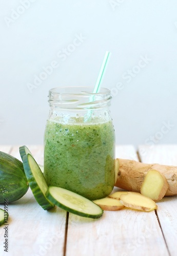 Fotografía  Healthy fresh smoothie drink from gree cucumber and ginger