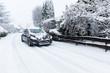 Auto fährt auf Schneedecke
